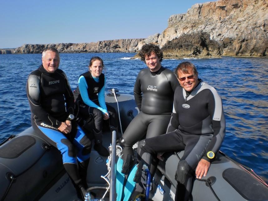 Grupo de buceadores navegando hacia el Illot d'es Patró Pere